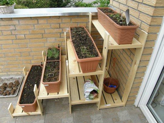 Một cách khác để bạn tận dụng những miếng pallet bỏ đi cho khu vườn nhà mình là tạo thành những giá kiểu bậc thang thế này.
