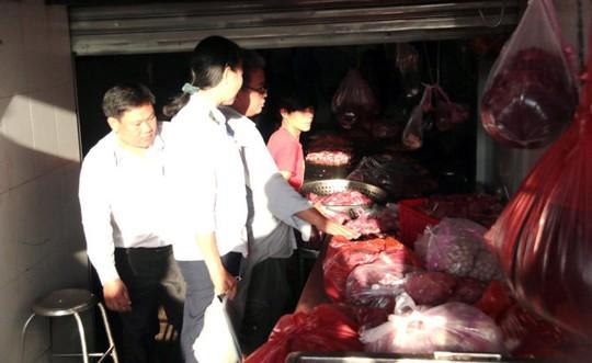 Thịt bò thật và giả lẫn lộn sẽ được các mối hàng đến nhận tuồn ra thị trường - Ảnh: Tiến Long
