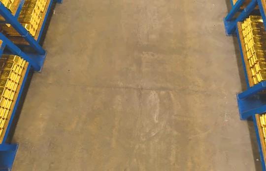 Tầng hầm được xây dựng trên nền đất sét của thành phố London, khá mềm, vì vậy các pallet không thể chứa quá nhiều vàng.