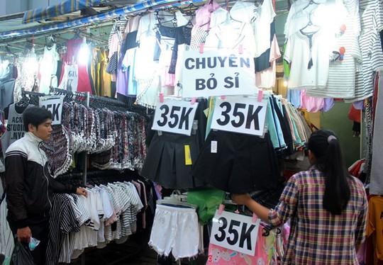 Quần áo giá rẻ tại chợ Hạnh Thông Tây thu hút sinh viên. Ảnh: Phạm Oanh