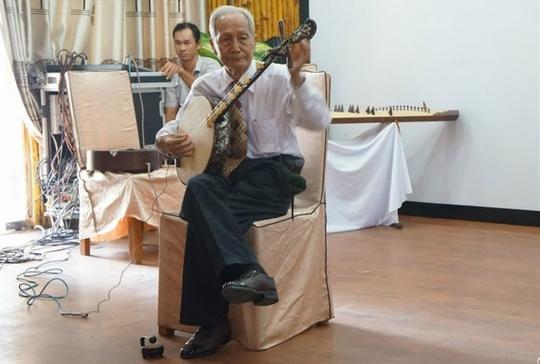 Nghệ nhân Tăng Phát Vinh với ngón đờn kìm điêu luyện...