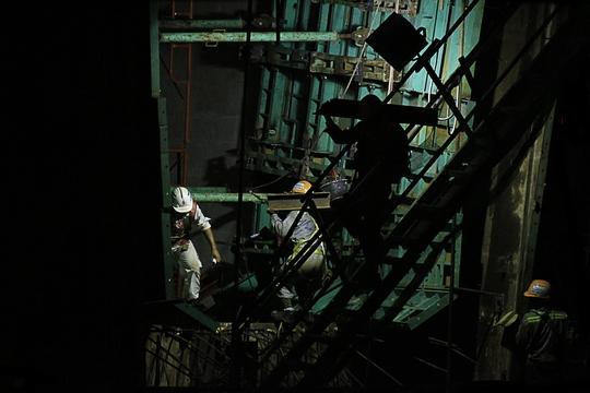 Mặc dù đã là những ngày giáp tết nhưng tại nhiều công trường ở TP HCM nhiều công nhân vẫn tăng ca trắng đêm để kiếm thêm tiền chi tiêu cho ngày tết.