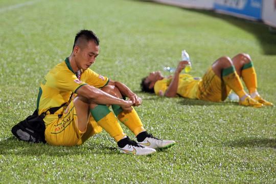 Các cầu thủ Đồng Tháp không giấu được nỗi thất vọng sau trận đấu