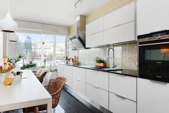 Nét thanh lịch của căn bếp còn được tôn lên nhờ họa tiết trang trí với tông màu pastel của đá ốp tường.