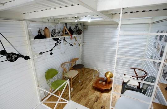 Sàn nhà là gỗ cao su ghép thanh kết hợp với sắc trắng của trần, tạo nên không gian mộc mạc, giản dị