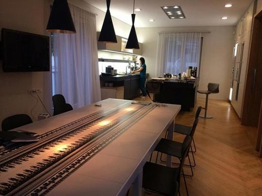 Nội thất trong nhà được chăm chút kĩ càng với những thiết kế yêu cầu sự tối giản và mạnh mẽ