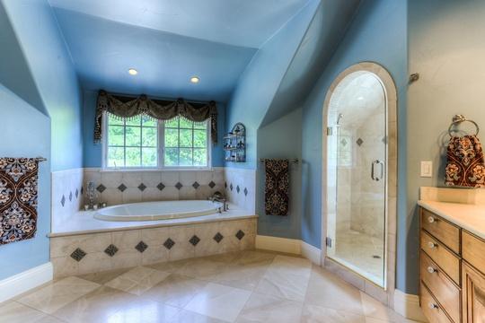 Không gian phòng tắm khá rộng rãi, kết hợp nhẹ nhàng và hài hòa giữa gỗ và gạch men.