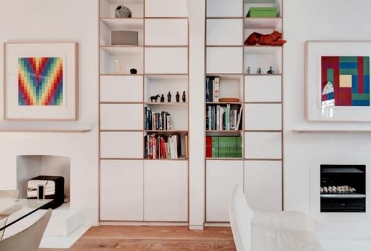 Kệ tủ được lắp đặt dọc theo hết tường nhà tạo thêm nhiều không gian lưu trữ.