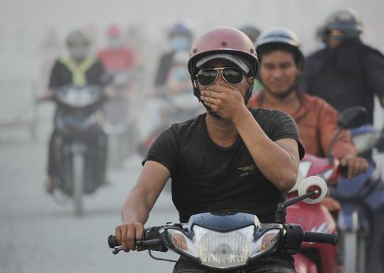 Người nào không trang bị khẩu trang đành phải một tay loạng choạng lái xe, tay kia đưa lên bịt mũi hoặc kéo áo che mặt lại để tránh bụi.