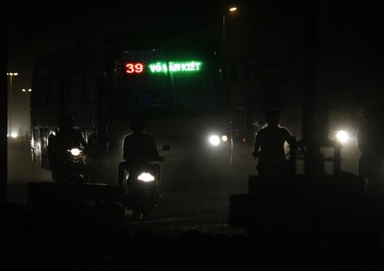 Ban đêm tuy lượng bụi giảm xuống nhưng vẫn rất nhiều nên mối họa tai nạn trên đường càng lớn