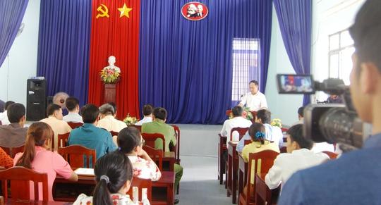 Đại diện Ban ATGT tỉnh đọc quyết định trao bằng khen cho tài xế Phan Văn Bắc tại UBND xã Đạ Oai.