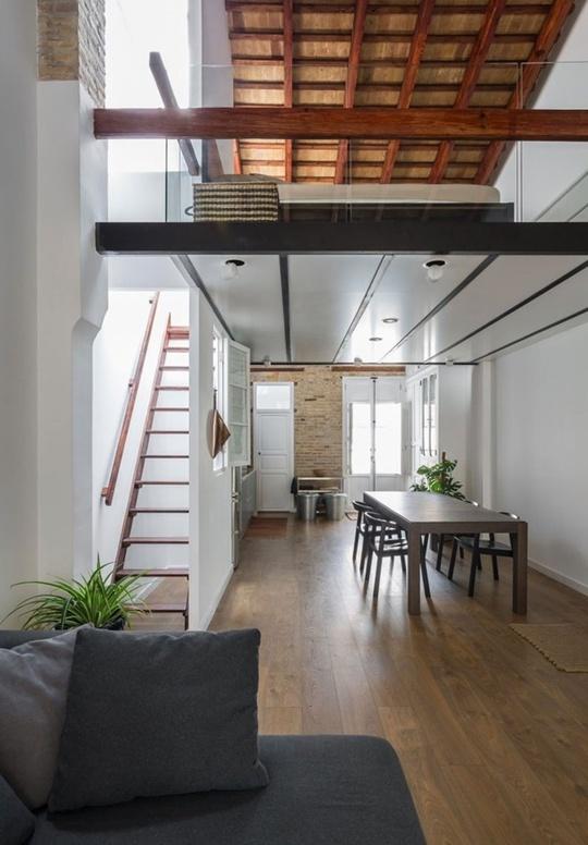 Mọi góc nhỏ đều ngập tràn ánh sáng. Chủ nhân của ngôi nhà đã khéo léo sử dụng thang gỗ với từng thanh nhỏ để ánh sáng có thể lọt qua từng bậc thang