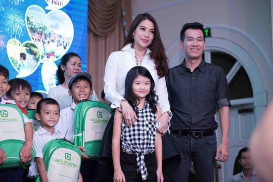 Trương Ngọc Ánh đưa con gái từ thiện dịp Trung thu