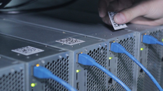 Trong khu vực đặt server, Genesis cho lắp đặt camera giám sát ở nhiều nơi, được quản lý bằng mã bar code. Người dùng có thể truy cập và xem mọi lúc mọi nơi nhằm tạo lòng tin cho khách hàng.