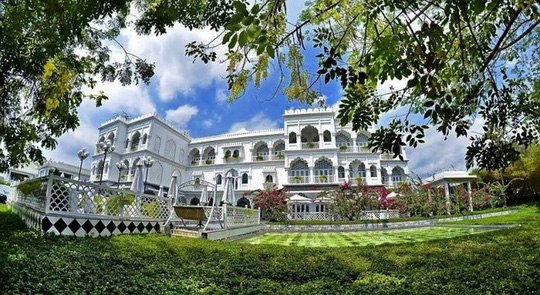 Tọa lạc bên bờ hồ Bán Nguyệt, lâu đài trắng TajmaSago được lấy cảm hứng từ đền Taj Mahal ở Ấn Độ. Đến đây, bạn như choáng ngợp trước vẻ đẹp lộng lẫy của tòa lâu đài được bao phủ bởi những thảm cỏ, hồ nước trong vắt...