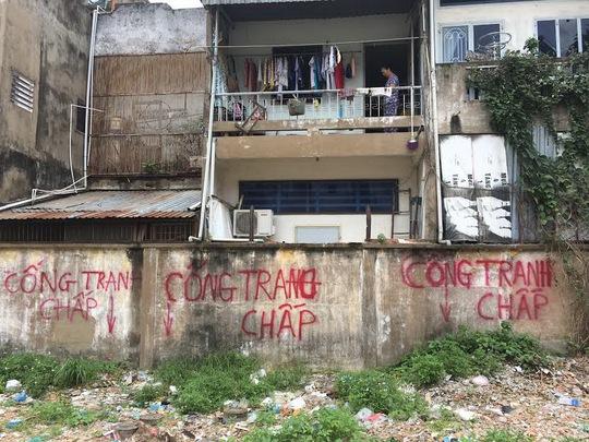 Đường cống thoát nước phía sau dãy nhà của gần 100 hộ dân tổ 60 và 61 đường Phan Văn Trị