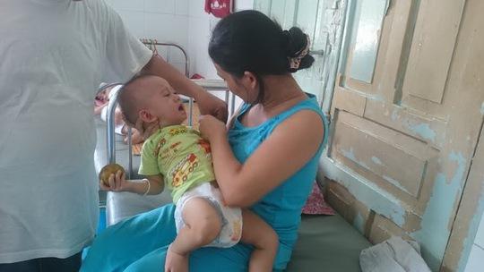 Bé Trần Ngọc Tình đang điều trị tại Bệnh viện Nhi Đồng 2