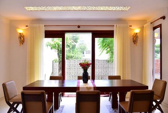 Kiến trúc sư và chủ nhà lựa chọn nội thất có tông màu giản dị là trắng, nâu, be... đem lại cảm giác thân quen, gần gũi.
