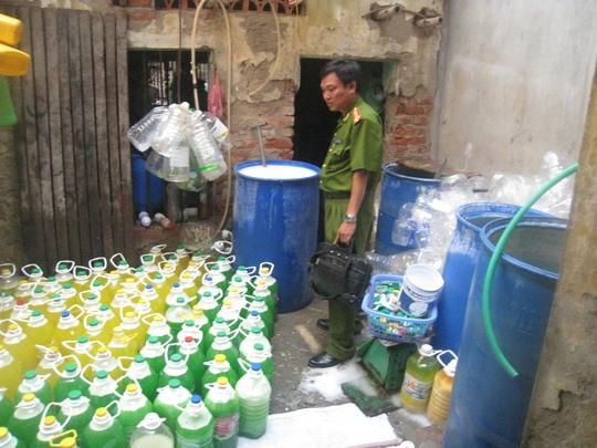Lực lượng chức năng kiểm tra 1 cơ sở sản xuất nước rửa chén trái phép