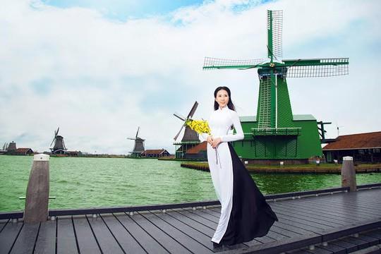 Cô đang ấp ủ nhiều dự định về việc quảng bá áo dài và trang phục các dân tộc Việt Nam đến với thế giới. Hiện cô đang gấp rút hoàn thành triển lãm hình ảnh áo dài gắn liền với những danh lam thắng cảnh của Việt Nam