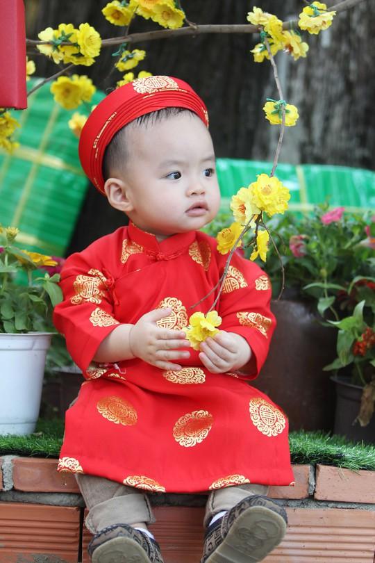 Các em bé cũng được bố mẹ diện cho những bộ áo dài khăn đóng truyền thống