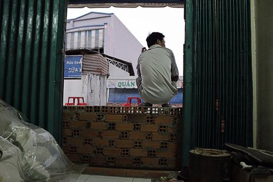 Những căn nhà của người dân bị chìm xuống dưới mặt đường mới đổ đá khiến cửa chính biến thành... cửa sổ