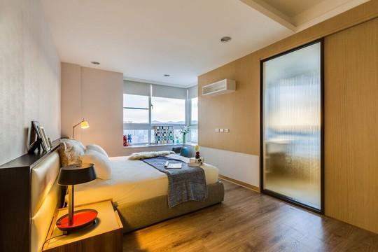 Phòng ngủ ấm cúng với tông màu be chủ đạo phối hợp với gỗ mộc tự nhiên.