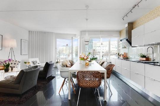 Không gian sinh hoạt hiện đại, đầy cuốn hút nhờ sự tương phản giữa gam màu trắng của tường, đồ nội thất với màu đen bóng của đá lát sàn.