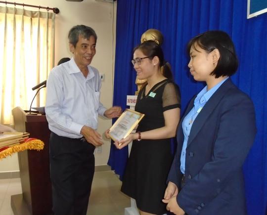 Ông Nguyễn Văn Khải, Phó Chủ tịch Thường trực LĐLĐ TP HCM, trao bằng khen cho các cá nhân, tập thể xuất sắc