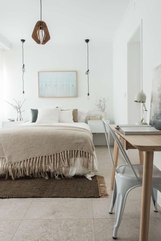 Phòng ngủ và phòng làm việc được tích hợp với nhau để tiết kiệm diện tích.