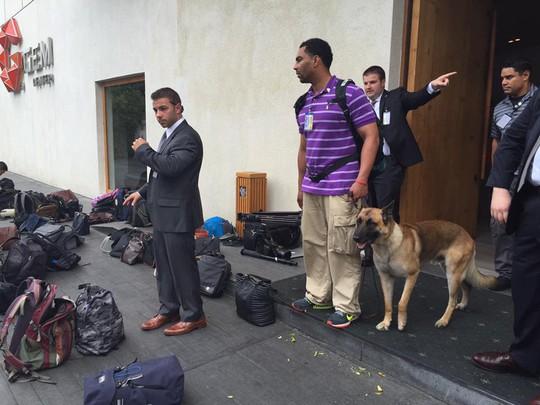An ninh Mỹ cùng chó nghiệp vụ đang cẩn thận kiểm tra tư trang của khách mời