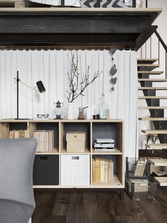 Một giá sách bằng gỗ nhỏ được đặt ngay cạnh sofa để dễ dàng lựa chọn mỗi lúc rảnh rỗi.