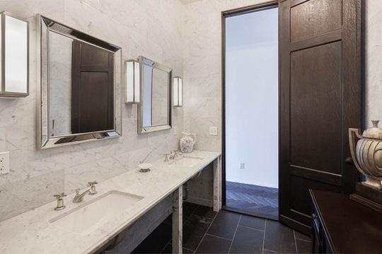 Phòng tắm rộng, được trang trí đơn giản, tạo cảm giác thoải mái.