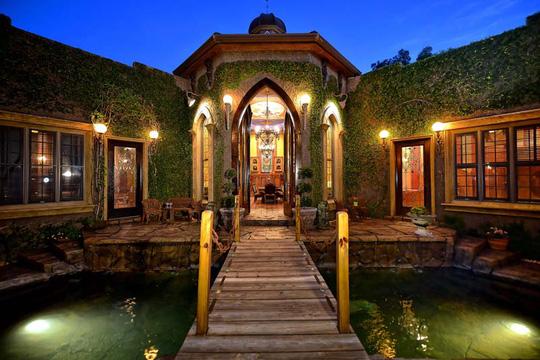 Nổi tiếng ở thành phố Sarasota, căn biệt thự này là một hiện thân của sự sang trọng và giàu có với kiến trúc đầy tinh tế và độc đáo.