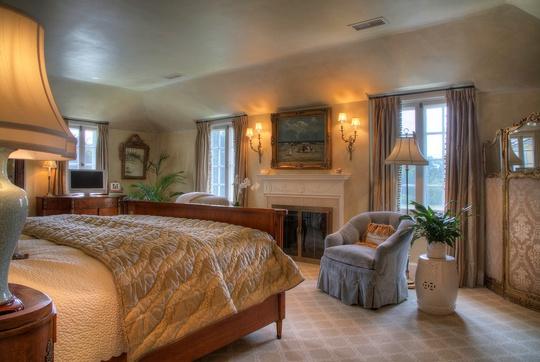 Khu vực nghỉ ngơi cũng rất ấm áp và nhẹ nhàng với nội thất tuy kiểu cách nhưng thanh lịch.