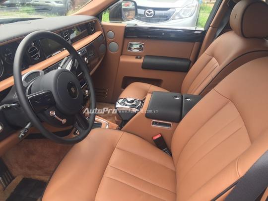 Nội thất bên trong Rolls-Royce Phantom EWB được bọc da và ốp gỗ óc chó cao cấp.