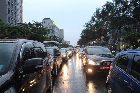 Trên đường Trường Sơn, dòng xe ô tô xếp hàng dài và gần như không thể nhúc nhích khi đến thời gian cao điểm