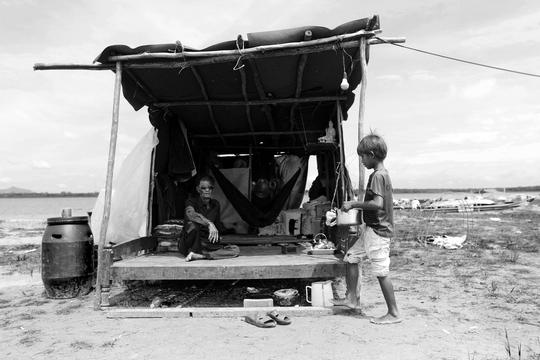 Một hộ dân mới chuyển tới xóm Việt Kiều sinh sống. Ngôi nhà di động sơ sài tới mức gió có thể thổi bay bất cứ lúc nào. Cuộc sống khó khăn đeo bám, kiếm miếng ăn còn khó, không ai ở đây dám nghĩ tới một căn nhà tốt hơn.