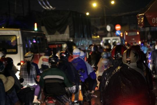 Cơn mưa tạnh lúc 19 giờ, mọi người tiếp tục lên đường trong tình trạng kẹt xe nghiêm trọng. Lượng người lưu thông sau cơn mưa tăng lên đột biến khiến nhiều đoạn trên Quốc lộ 1 tê liệt.