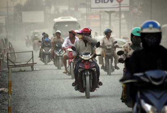 Hơn 2 tháng nay, đường Kinh Dương Vương (quận Bình Tân, TP HCM) kéo dài hơn 3 km từ vòng xoay Phú Lâm đến vòng xoay An Lạc trở thành tâm của cơn bão bụi khiến ai qua cũng bức xúc
