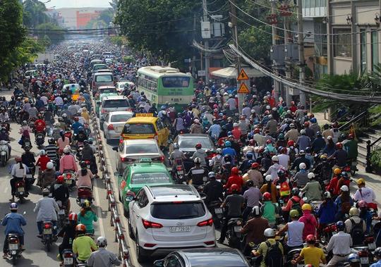 Sáng nay, giao thông quanh khu vực Ngã Sáu Gò Vấp (quận Gò Vấp) kẹt kinh hoàng kéo dài hàng tiếng đồng hồ. Cho tới tận 11 giờ trưa giao thông mới thông thoáng trở lại bình thường.