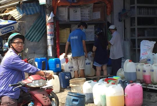 Nhân viên cửa hàng hóa chất cho biết axít đang là mặt hàng bị cơ quan chức năng để ý, khoảng 1 tháng tới sẽ bán nhiều hơn