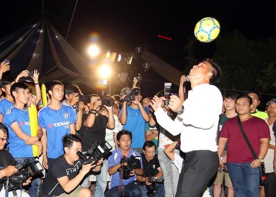 Cựu tiền đạo Việt Thắng giao lưu với người hâm mộ tại Nhà Thi đấu Quân khu 7 nhân VCK Euro 2016. Lúc thi đấu, anh từng tạo kỷ lục về phí chuyển nhượng và lót tay nhờ kinh qua 6 CLB Ảnh: QUANG LIÊM