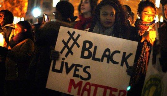 Tuần hành phản đối vụ cảnh sát Mỹ bắn chết Sylville Smith ở Milwaukee, bang Wisconsin đêm 14-8 Ảnh: FLICKR