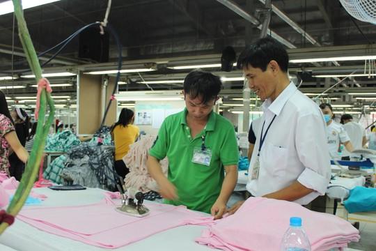 Anh Lê Hồng Phong (phải), Chủ tịch CĐ Công ty TNHH May Top-one, là người rất gần gũi, chân tình với công nhân
