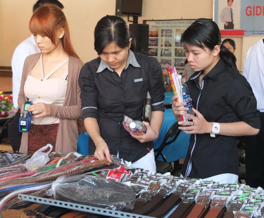 CNVC-LĐ quận Bình Thạnh mua hàng trong một đợt bán hàng giá ưu đãi do LĐLĐ quận tổ chức