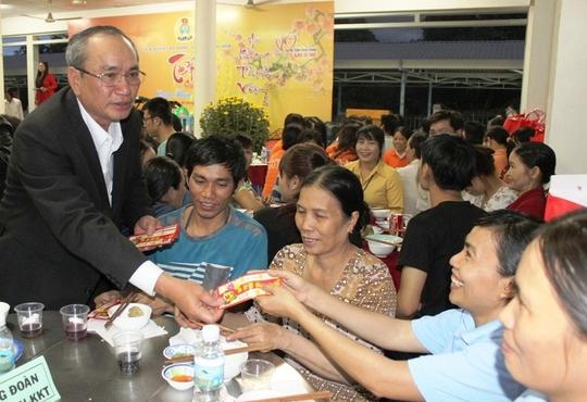 Cán bộ Công đoàn tỉnh Khánh Hòa chia sẻ khó khăn với công nhân xa quê