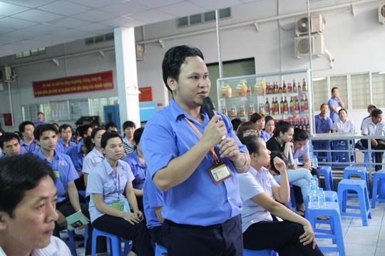 Công nhân phát biểu ý kiến tại chương trình đối thoại do Công ty TNHH Greystone Data System Việt Nam tổ chức