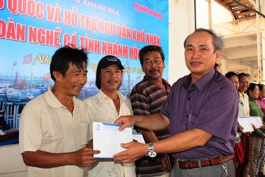 Ông Nguyễn Hòa, Chủ tịch LĐLĐ tỉnh Khánh Hòa, trao quà hỗ trợ ngư dân