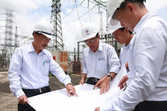 Kỹ sư Võ Thanh Cường (bìa trái) trao đổi chuyên môn với đồng nghiệp tại hiện trường